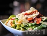 Лесна салата Цезар с маруля, пържен бекон и сирене пармезан